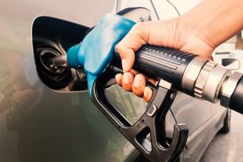 Ismét nagyobbat csökken a benzin ára itthon