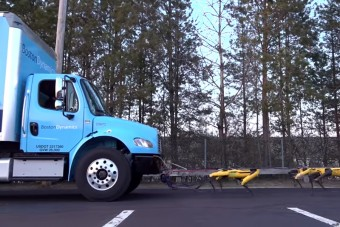 Nézd, robotkutyák húznak egy teherautót!