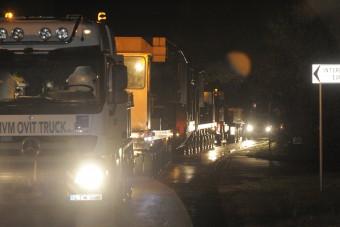 Képeken a 270 tonnás transzformátor, amit közúton szállítottak éjjel