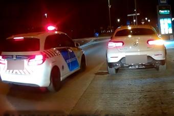 Lazán megállt a Mercivel egy győri buszmegállóban, először a busz jött, aztán a rendőr