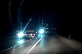 Szabálytalanul előzött egy magyar kamionos, aztán szándékosan elvakította az autóst