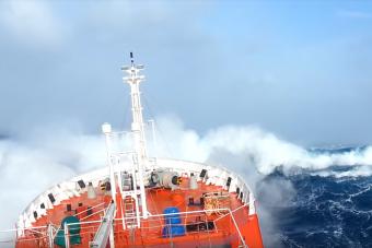 A pokoli tengeri vihar még a hajót is meghajlítja