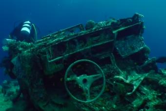 Több mint száz autó fekszik a Vörös-tenger mélyén, mára a korallzátony vázát adják
