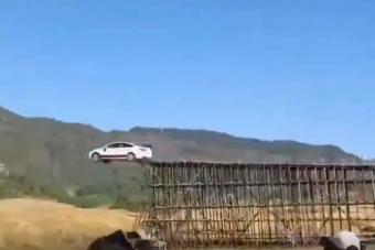 75,6 métert ugratott egy kínai férfi autóval, de minek?