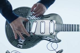 Színpadot szétverő metálosok, figyelem: itt a széttörhetetlen gitár