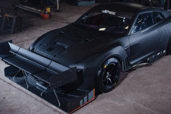 Ennek a Nissan GT-R-nek több szárnya van, mint a KFC-nek