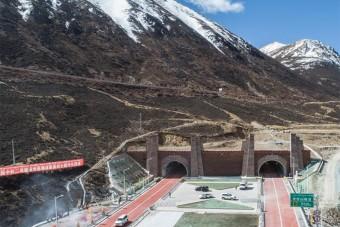 Elképesztő autópálya-alagutat adtak át Kínában