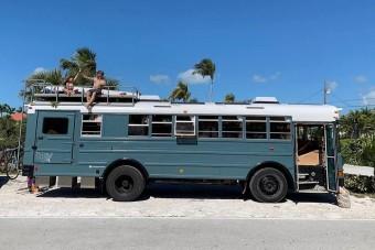 Ezért költözött iskolabuszba egy háromgyermekes család