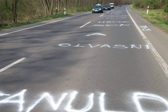 Nem hétköznapi szerelmes üzenetet festettek Nyíregyházán az útra