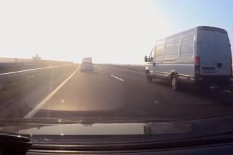Nem áprilisi tréfa, ahogy az M43-ason előz egy kötéllel vontató kisteherautó