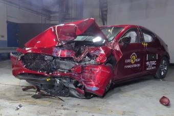 Videó: vadonatúj autók semmisültek meg, és ez jó!