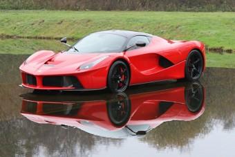 800 millióért szinte olcsó ez a piros LaFerrari