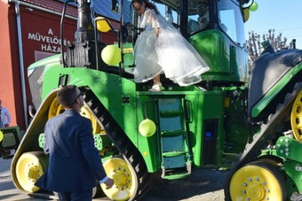 Nem akármilyen menyasszonyi jármű volt ezen a magyar esküvőn