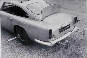 Kütyükkel tömve adja James Bond autóját az Aston Martin