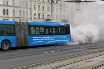 Füstokádó buszt videóztak a Boráros téren