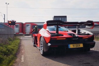 McLaren Sennával tisztelegnek Ayrton Senna előtt