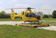 Bravúrosan landolt fák között ez a mentőhelikopter 1