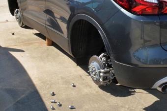 127 kereket loptak le az autókról egy kereskedésben