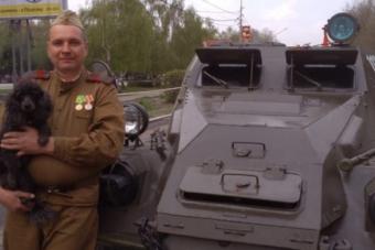 Veterán páncélossal jár munkába egy orosz férfi