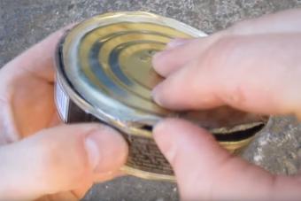 Így tudsz kinyitni egy konzervet puszta kézzel