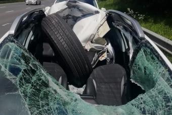 Kamion elszabadult kereke szaggatta szét a kocsit, de mégis áldottnak érezheti magát a sofőr