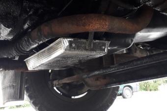Sütőtálcát csavaroztak a furgon alá, abba csöpögött a váltóolaj