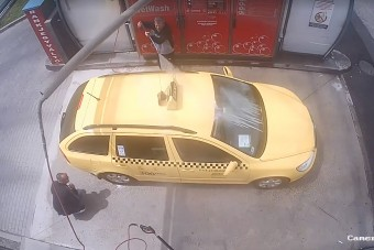 Bicskanyitogató felvételen, ahogy autómosás közben kirabolnak egy budapesti taxist
