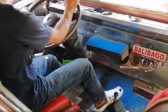 Nézd meg a sofőrt, aki csak úgy hanyagul, lábbal vált sebességet