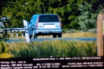 Durva gyorshajtást fotóztak a 4-es főúton, öreg Volvo és egy Porsche őrült meg
