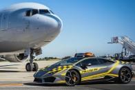 Lamborghini Huracán után mennek a repülők a bolognai reptéren 1
