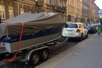 Hajóval együtt parkolt be egy autós a trolibusz megállójába