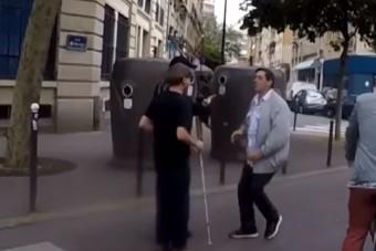 Vak gyalogos kísérőjével pofozkodott a felháborodott autós