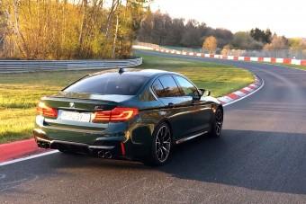 Sportautókat gyűrt le a BMW legerősebb limuzinja