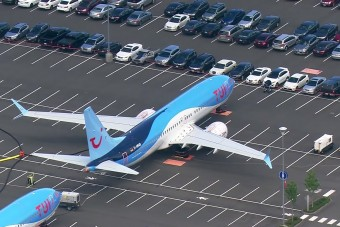 Na, mennyi helyet foglal a Boeing egy átlagos parkolóban?