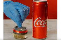 Ez a videó megmutatja, mennyi üdítősdobozt használunk évente 1