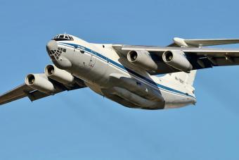 Ezzel az óriási orosz repülővel szó szerint birkózni kell a levegőben