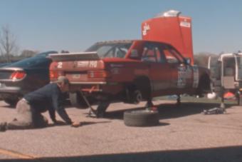 Öreg analóg kamerával vettek fel egy amatőr autóversenyt, az eredmény zseniális
