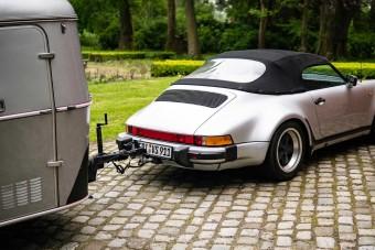 Unokáit látogatja a ritka Porsche után kötött lakókocsival