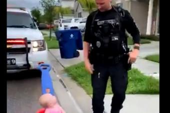 Megvan a napi cukiság, amit egy rendőr követett el kislányával