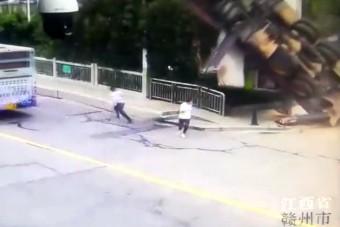 A gyalogosok közé zuhant egy darus kocsi