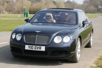 Luxusautón tanulnak vezetni az angol tinik