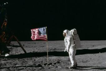 Rengeteg pénzért keltek el a holdra szállás eredeti felvételei