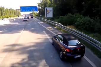 Tíz másodperc mutatja milyen az életveszélyesen lassú autós