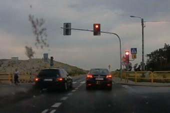 Aki így hajt át a piroson, annak jó időre be kéne vonni a jogosítványát