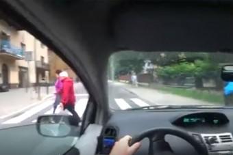Élőben közvetítette, hogy gyalogosokat rémít meg az autós