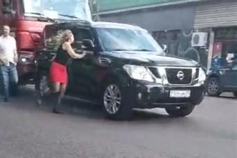 Meglepően reagált a teherautó sofőrje az útját elálló autóra