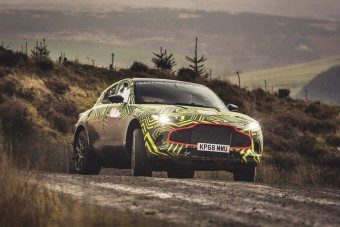 Keresztben lehet majd csapatni az Aston Martin SUV-jával