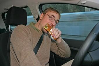 Tudod, mennyire bírságolhatnak meg, ha vezetés közben eszel?