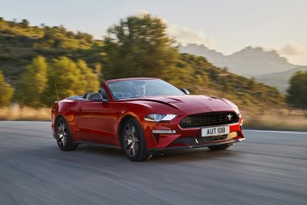Színekkel, internettel és ünnepi modellel frissül a Mustang