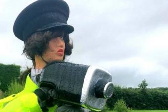 Kitömött rendőrrel küzd egy elkeseredett lakos a gyorshajtók ellen